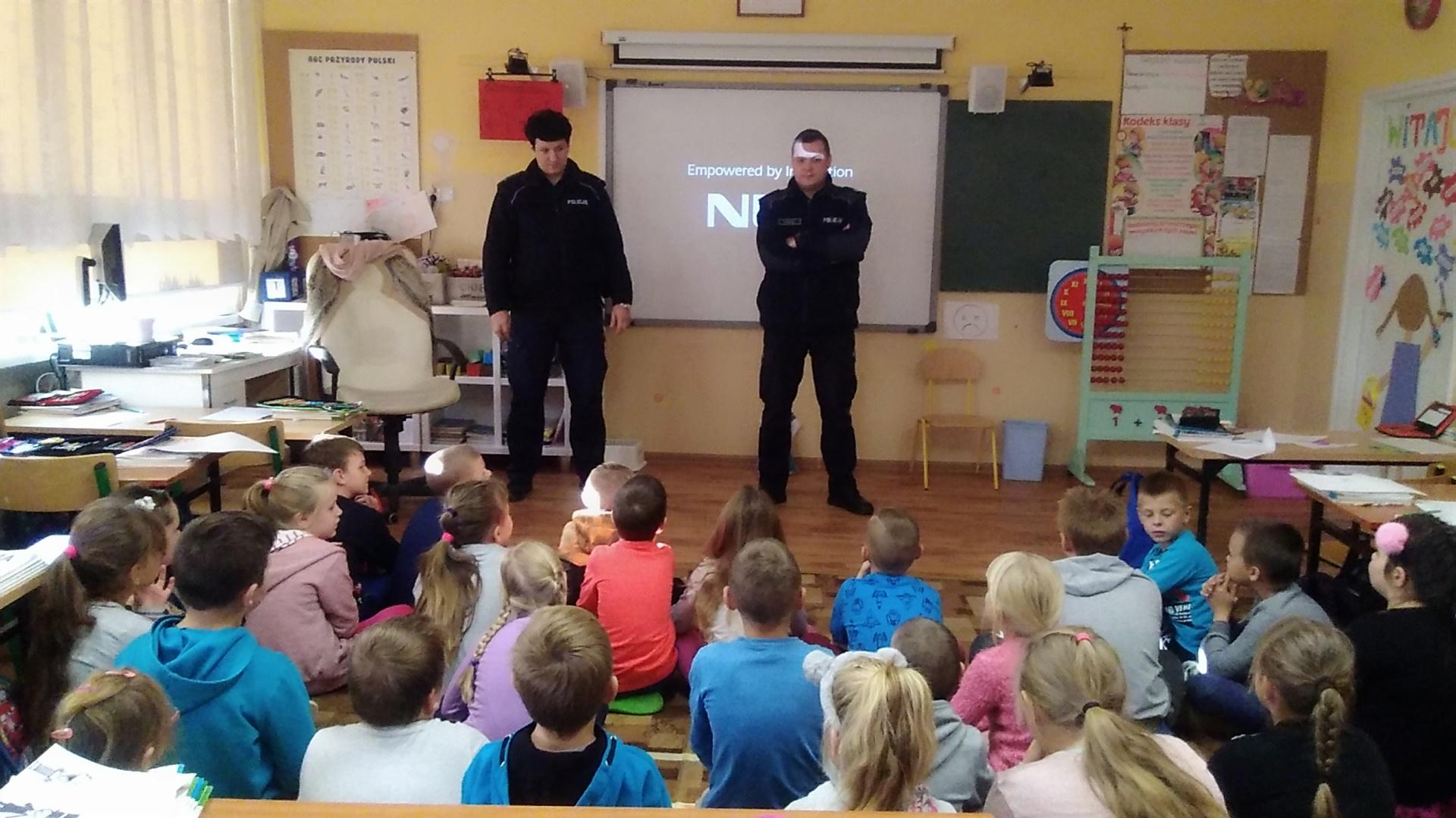 Ilustracja do informacji: Spotkanie uczniów z policjantami